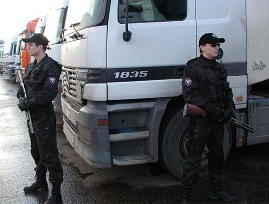 вооруженные охранники возле фуры с грузом клиента
