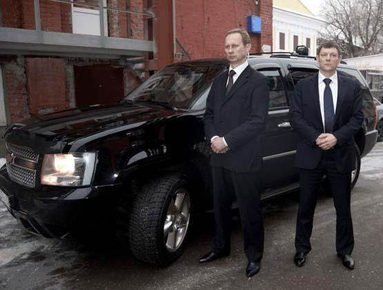 личная охрана возле черного автомобиля клиента